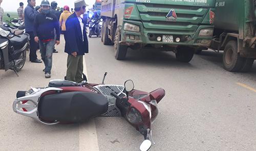 Chiếc xe máy của nạn nhân văng xa hơn 15 m, hư hỏng nhẹ. Ảnh: Lê Hoàng.