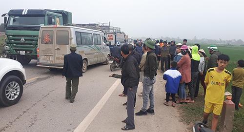 Tai nạn khiến giao thông trên đường vành đai phía Tây ùn ứ cục bộ. Ảnh: Lê Hoàng.