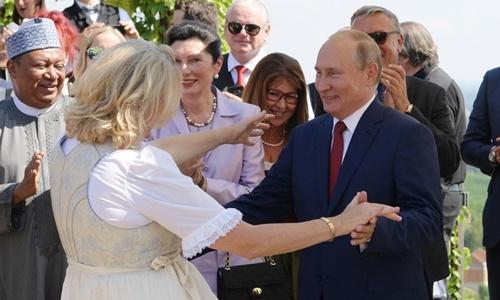 Tổng thống Putin và Ngoại trưởng Áo Karin Kneissl khiêu vũ tại Graz. Ảnh: AFP.