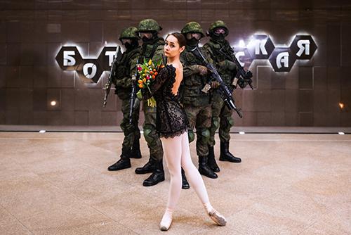 Bộ ảnh binh sĩ vũ trang và vũ công ballet Nga. Ảnh:RT