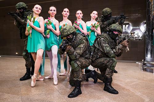 Bộ ảnh binh sĩ vũ trang và vũ công ballet Nga. Ảnh: RT