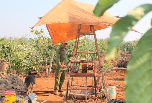 Ông Nguyễn Trọng Phùng bỏ ra 40 triệu đồng mở rộng giếng để tìm nước tưới rẫy cà phê. Ảnh: Trần Hóa.