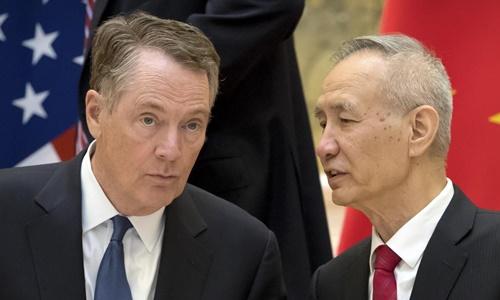 Đại diện Thương mại Mỹ Robert Lighthizer (trái) và Phó thủ tướng Trung Quốc Lưu Hạc tại Washington vào tháng trước. Ảnh: Reuters.