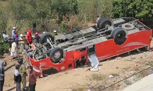 Ôtô chở du khách Hàn Quốc lật ở Bình Thuận, 8 người nhập viện