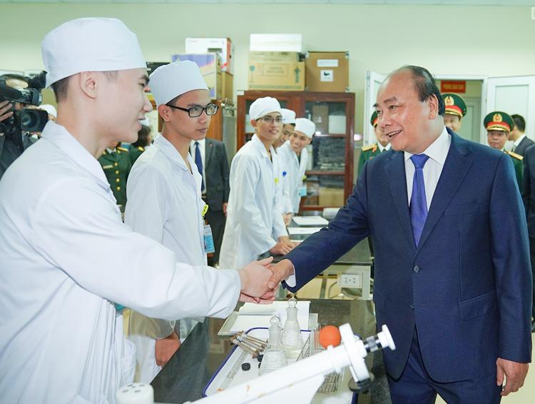 Thủ tướng thăm hỏi các học viên ở Học viện Quân y sáng 10/3. Ảnh: VGP