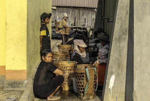 Người dân Ayun xếp hàng chờ lấy nước gùi về uống. Ảnh: Trần Hóa.