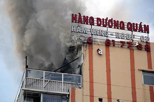Tầng thượng toà nhà bốc cháy ngùn ngụt. Ảnh: Sơn Hoà.