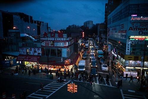 Khu  Flushing, thành phố New York, Mỹ vào buổi tối. Ảnh: NYT.