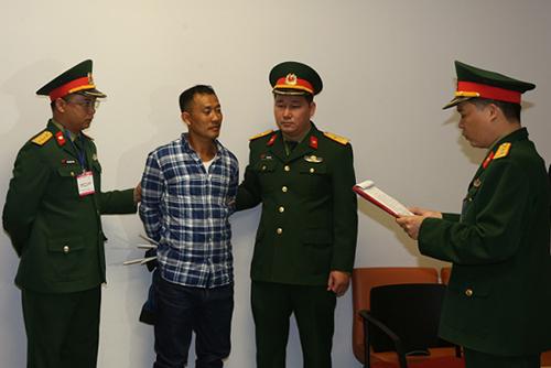 Cơ quan Điều tra hình sự Bộ Quốc phòng thông báo và tống đạt các quyết định tố tụng đối với bị can Lê Quang Hiếu Hùng. Ảnh: Mod