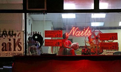 Một tiệm massage và làm móng ở Manhattan, New York, Mỹ. Ảnh: NYT.