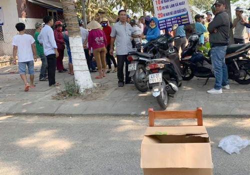 Người dân đặt thùng quyên góp trên đường để giúp đỡ người bị nạn. Ảnh: N.T.
