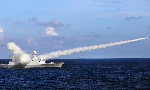 Tàu chiến Trung Quốc phóng tên lửa trong một đợt tập trận ở Biển Đông hồi năm 2016. Ảnh: Xinhua.