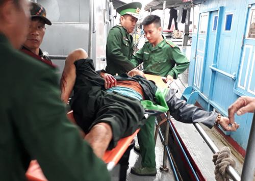Một nạn nhân được bộ đội biên phòng chuyển lên bờ. Ảnh: Biên phòng Nghệ An.