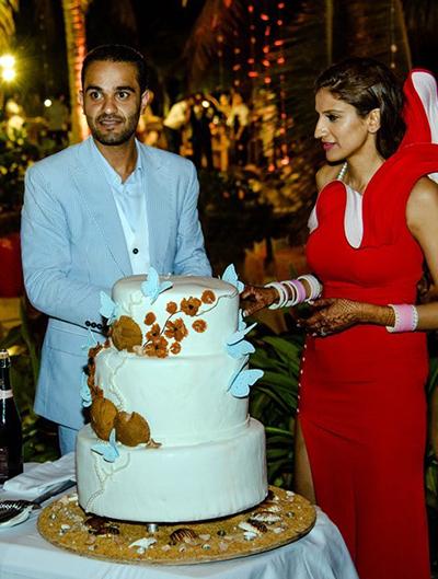 Cô dâu và chú rễ thực hiện nghi thức cắt bánh cưới. Ảnh: Lê Ngọc