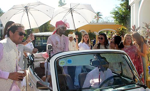 Chú rể Rushang Shah đi xe mui trần đón dâu. Ảnh: Dương Đông