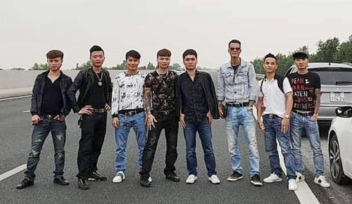 Khá Bảnh (vị trí thứ 4 từ trái sang phải) cùng nhóm bạn dừng xe trên cao tốc Hà Nội- Hải Phòng, đứng dàn hàng ngang giữa đường chụp ảnh ắp lên mạng xã hội đang bị đề nghị xử lý. Ảnh: mạng internet