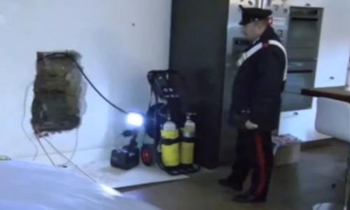Cảnh sát có mặt tại biệt thự nơi phát hiện thi thể người đàn ông. Ảnh: La Repubblica.