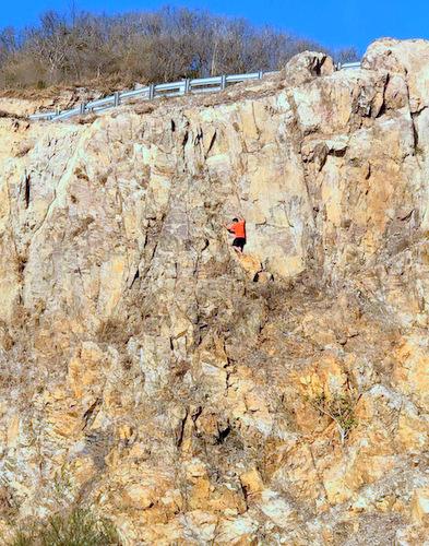 Thanh niên tay khôngleo vách núi lên đồi Con Heo trước khi bị rơi. Ảnh: Chau Vo.