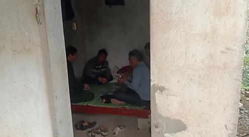 Nhóm cán bộ ngồi chơi bài tại chốt kiểm dịch ở Thiệu Hoá. Ảnh: Người dân cung cấp.