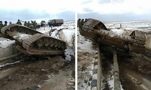 T-72B Nga lật ngửa xuống hào nước. Ảnh: Defense Blog.