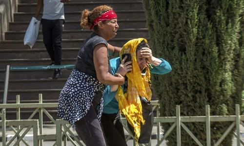 Thân nhân người gặp nạn tạisân bay quốc tế Addis Ababa hôm 10/3 đau khổ khi hay tin máy bay rơi. Ảnh: AP.