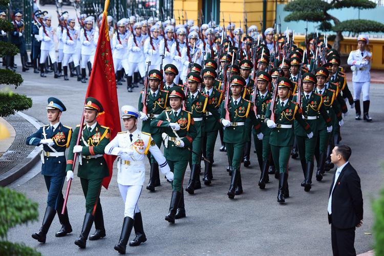 Đoàn Nghi lễ Quân đội đón Chủ tịch Triều Tiên Kim Jong-un tại Phủ chủ tịch chiều 1/3. Ảnh: Giang Huy