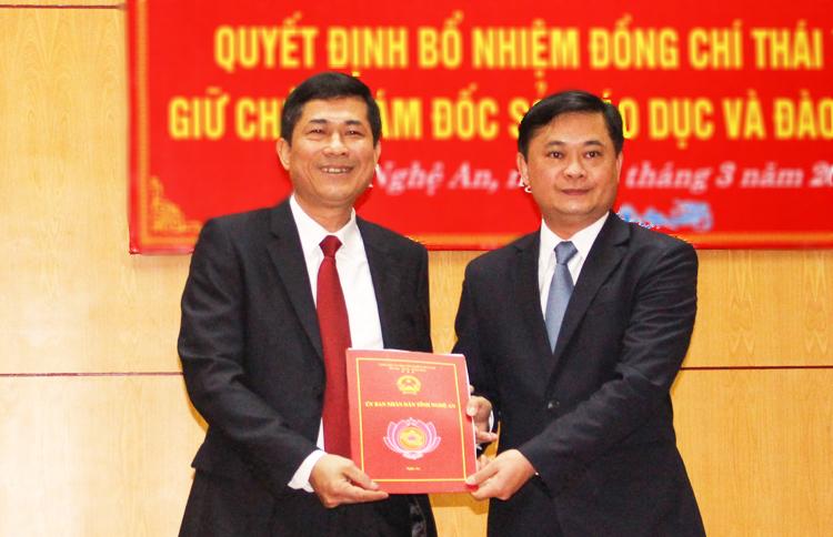 Ông Thái Văn Thành (bên trái) nhận quyết định từ lãnh đạo tỉnh Nghệ An. Ảnh: PV.