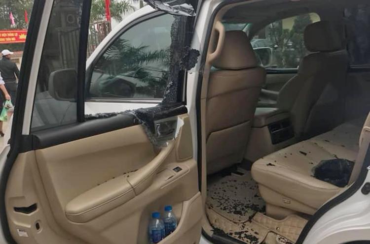 Cửa kính xe Lexus bị đập vỡ vụ. Ảnh: Phạm Quỳnh.