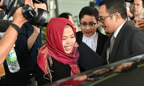Aisyah tươi cườirời tòa án ở hôm nay. Ảnh: AFP.
