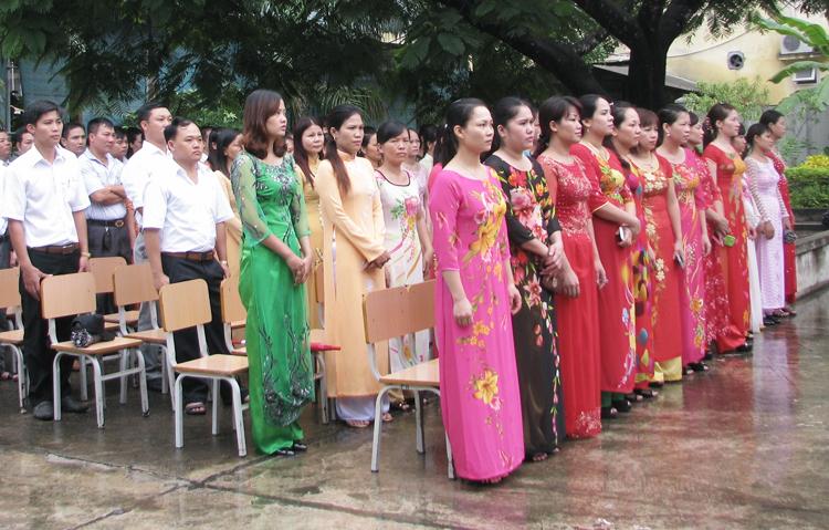 Giáo viên của một trường Quảng Ninh trong ngày khai giảng. Ảnh: Minh Cương