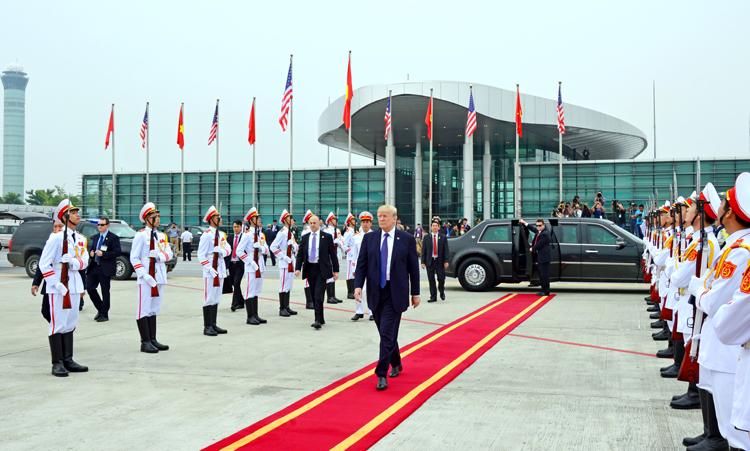 Các chiến sĩ Đoàn Nghi lễ Quân đội (trang phục trắng) đón Tổng thống Mỹ Donald Trump đến Việt Nam dự hội nghị APEC năm 2017. Ảnh: NLQĐ