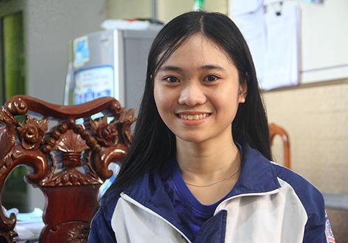 Quỳnh Trang ước mơ trở thành hướng dẫn viên du lịch. Ảnh: Đức Hùng