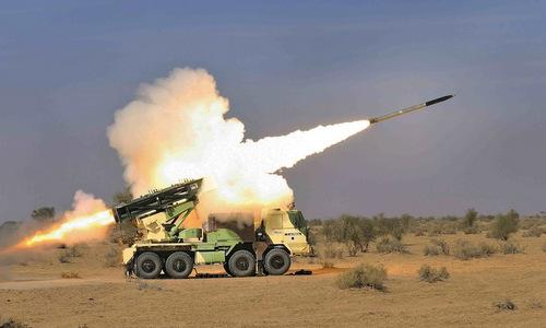 Xe phóng thuộc tổ hợp Pinaka khai hỏa trong một cuộc thử nghiệm. Ảnh: DRDO.