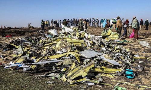 Hiện trường vụ rơi máy bay gần thị trấn Bishoftu, cách thủ đô Addis Ababa, Ethiopia khoảng 50 km hôm 11/3. Ảnh: AFP.