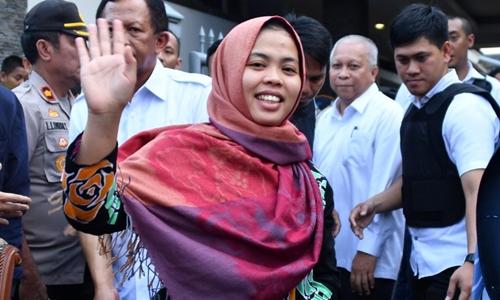 Siti Aisyah ra về sau cuộc họp báo ở Jakarta ngày 11/3. Ảnh: AFP.