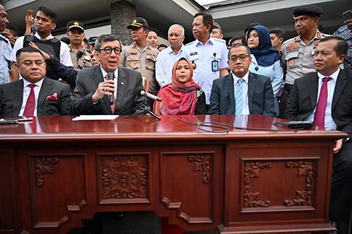Bộ trưởng Luật và Nhân quyền Indonesia Yasonna Laoly (thứ hai từ trái sang) phát biểu cạnh Siti trong cuộc họp báo ở Jakarta hôm qua sau khi cô về nước. Ảnh: AFP