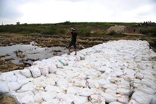 Đập tạm được đắp từ gần 4.000 bao cát. Ảnh: Đắc Thành.