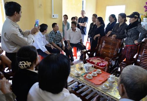 Rất đông người đến nhà bác sĩ Thái để chứng kiến anh Đông (áo caro đen trắng) gặp lại người thân sau 26 năm. Ảnh: Phương Linh.