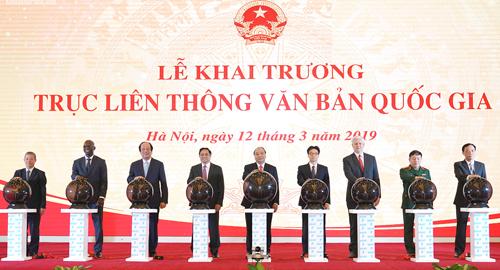 Thủ tướng Nguyễn Xuân Phúc cùng các đại biểu khai trương Trục liên thông văn bản quốc gia. Ảnh: VGP.