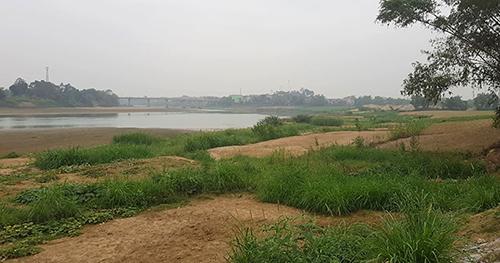Dòng sông Mã qua Yên Thọ hiện mực nước xuống rất thấp. Tại vị trí này từng có mỏ cát số 40 được cấp phép khai thác nhiều năm. Ảnh: Lê Hoàng.