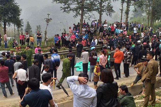 Sau vụ tai nạn, người dân địa phương và gia đình tập trung kín hiện trường. Ảnh: Viết Mai
