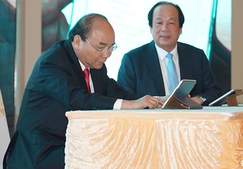 Thủ tướng dùng chữ ký số ký ban hành văn bản điện tử trên máy tính bảng. Ảnh: VGP.