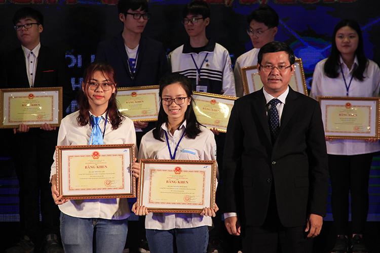 Thứ trưởng Bộ Giáo dục và Đào tạo Nguyễn Văn Phúc trao bằng khen của Bộ trưởng Giáo dục cho các dự án đạt giải nhất. Ảnh: Dương Tâm