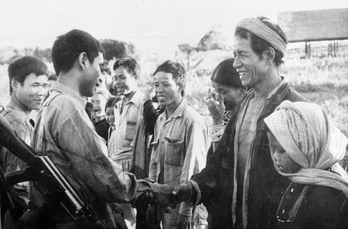 Người dân Campuchia bắt tay các chiến sĩ quân tình nguyện Việt Nam. Ảnh tư liệu