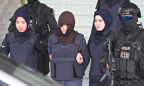 Đoàn Thị Hương (giữa) được áp giải rời phiên tòa biện hộ hôm 11/3. Ảnh: AFP.