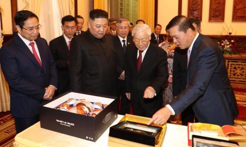 Ông Mai Phước Dũng, ngoài cùng bên phải, giới thiệu món quà của Tổng bí thư, Chủ tịch nước Việt Nam tặng Chủ tịch Triều Tiên Kim Jong-un. Ảnh: Trí Dũng.