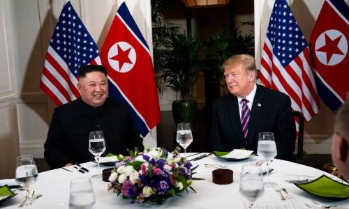 Tổng thống Mỹ Trump và Chủ tịch Triều Tiên Kim Jong-un trong bữa tối 27/2 tại Hà Nội. Ảnh: NYT