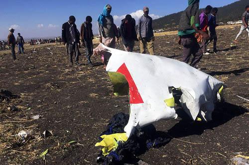 Một mảnh vỡ của chiếc Boeing 737 MAX tại hiện trường máy bay của Ethiopian Airlines gặp nạn sáng 10/3. Ảnh: Reuters.