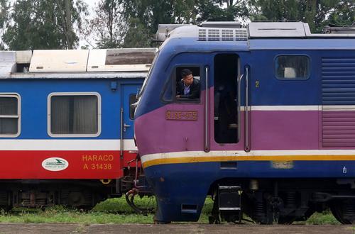 Tàu khách từ ga Yên Viên đi Lào Cai. Ảnh: Giang Huy.