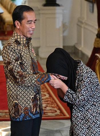 Siti cúi đầu cảm ơn ôngJoko Widodo trong cuộc gặp tại phủ tổng thốnghôm 12/3. Ảnh: AFP